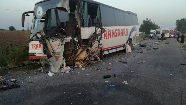 Doi morți și 10 răniți după un accident petrecut în Arad, între un autocar și un microbuz