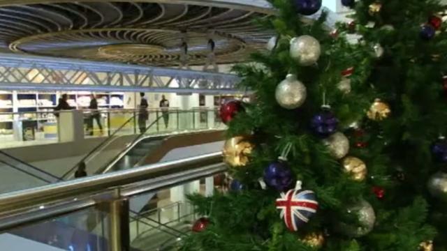 Deși e august, ornamentele de Crăciun au apărut deja într-un magazin londonez