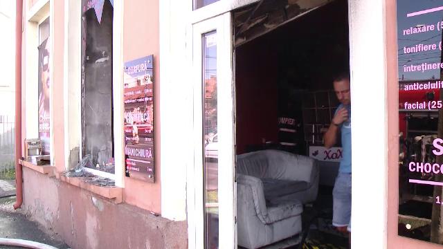 Panică la un salon de înfrumuseţare din Timişoara: un solar pentru bronzat a luat foc