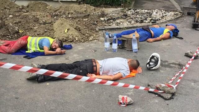 Trei muncitori, surprinși în timp ce se odihneau lângă un șantier. Fotografia, virală pe Facebook