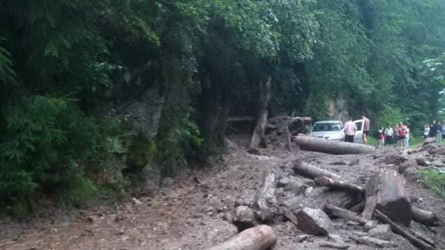 Turişti blocaţi pe munte, în Argeș, după surparea unui drum din cauza viiturilor