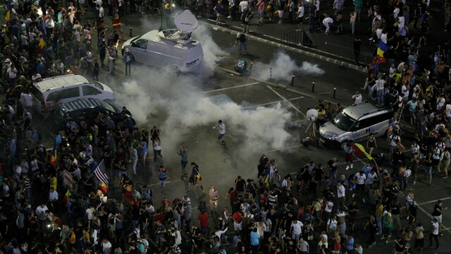 Ciocniri violente între protestatari și jandarmi, la protestul din Piața Victoriei