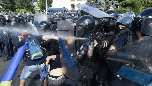 Persoane protesteaza in Piata Victoriei din Capitala; fortele de ordine au folosit gaze lacrimogene