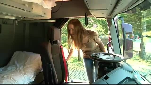 Dormitorul din cabina camionului. Într-o stațiune, turiștii pot dormi într-o cabină auto