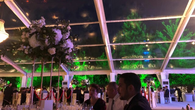 Invitații de la nunta fiului lui Dragnea, întâmpinați de protestatari. Imagini de la petrecere - Imaginea 2