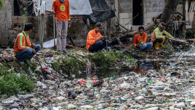 Un râu de gunoaie. Apa nu se mai vede deloc din cauza deșeurilor. GALERIE FOTO - Imaginea 5
