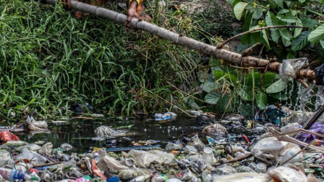 Un râu de gunoaie. Apa nu se mai vede deloc din cauza deșeurilor. GALERIE FOTO - Imaginea 4