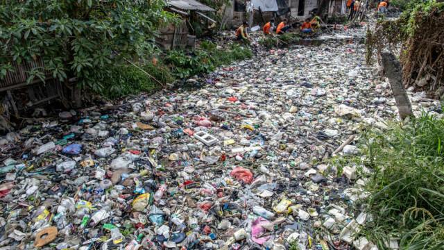 Un râu de gunoaie. Apa nu se mai vede deloc din cauza deșeurilor. GALERIE FOTO - Imaginea 3