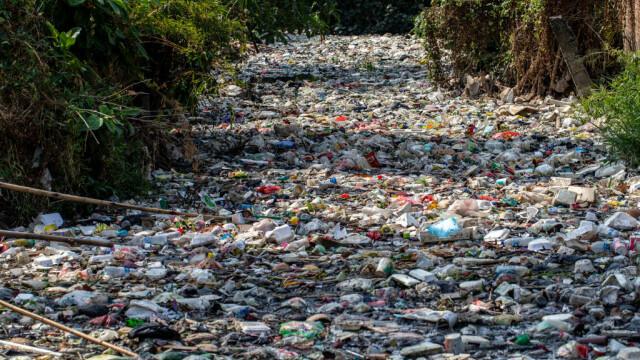 Un râu de gunoaie. Apa nu se mai vede deloc din cauza deșeurilor. GALERIE FOTO - Imaginea 2
