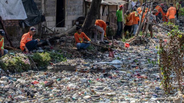 Un râu de gunoaie. Apa nu se mai vede deloc din cauza deșeurilor. GALERIE FOTO - Imaginea 1