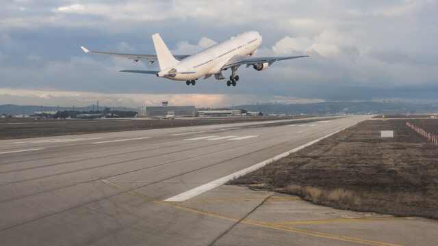 Cum a reușit pilotul unui avion de linie să evite la limită un bombardament