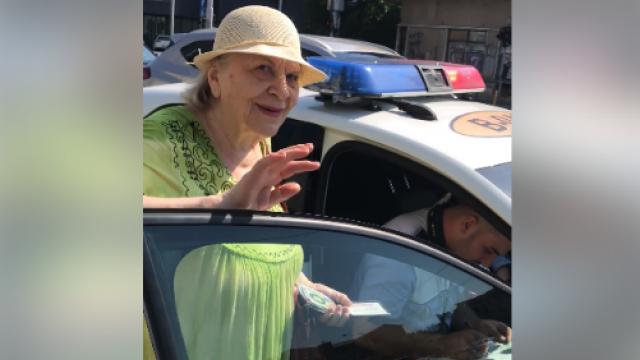 O bătrână a fost amendată pentru că nu a putut să traverseze strada suficient de repede