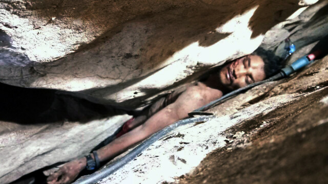 Un bărbat a rămas blocat, timp de 4 zile, într-o fisură în munte. Cum a fost salvat - Imaginea 1