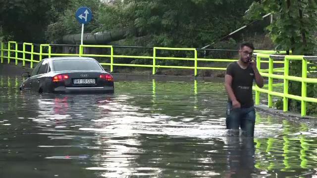 Dezastrul lăsat în urmă de furtunile violente. Pagube provocate în Brașov și Iași