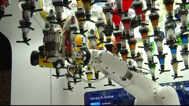 Robot de ultimă generaţie, învins de un barman amator. Ce nu a reuşit să facă maşinăria