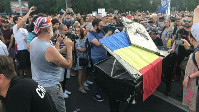 Davide Martello a ajuns în Piața Victoriei și a cântat în mijlocul protestatarilor