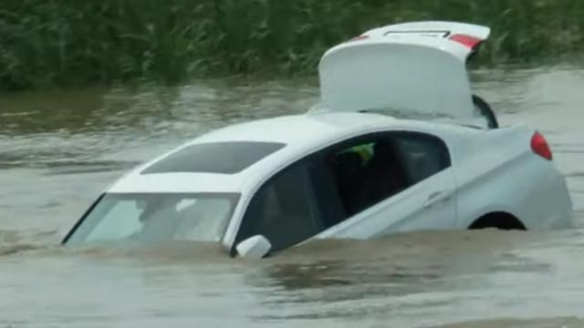 BMW aruncat in apa
