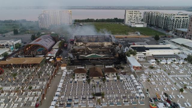 Incendiul uriaş de la clubul din Mamaia, filmat din dronă. Clădirea, complet distrusă