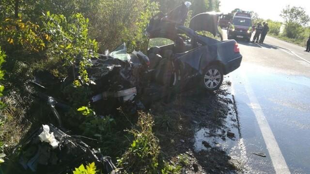 Mercedes făcut praf în urma impactului cu un autocar, în Bihor. Șoferul mașinii a murit - Imaginea 1