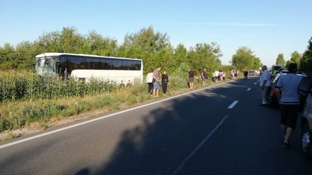 Mercedes făcut praf în urma impactului cu un autocar, în Bihor. Șoferul mașinii a murit - Imaginea 3