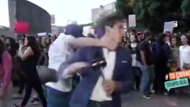 Momentul în care un reporter e lovit cu pumnul, în direct, când transmite de la un protest