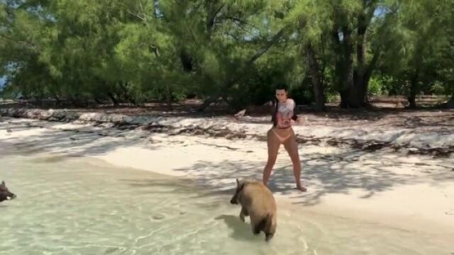 """Kim Kardashian, surprinsă pe o plajă din Bahamas în timp ce fugea de porci: """"M-am speriat"""" - Imaginea 1"""