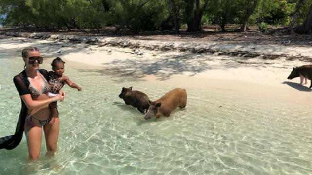 """Kim Kardashian, surprinsă pe o plajă din Bahamas în timp ce fugea de porci: """"M-am speriat"""" - Imaginea 2"""