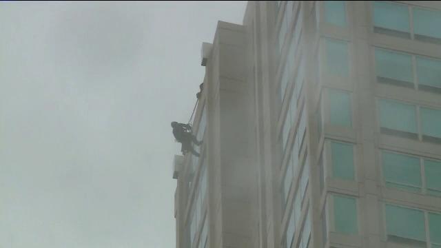 Momentul de coșmar prin care a trecut un spălător de geamuri din Chicago într-un zgârie-nori