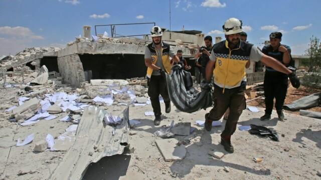 VIDEO dramatic din Siria. Un om este salvat de sub dărâmături, după un bombardament - Imaginea 2