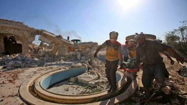 VIDEO dramatic din Siria. Un om este salvat de sub dărâmături, după un bombardament - Imaginea 3