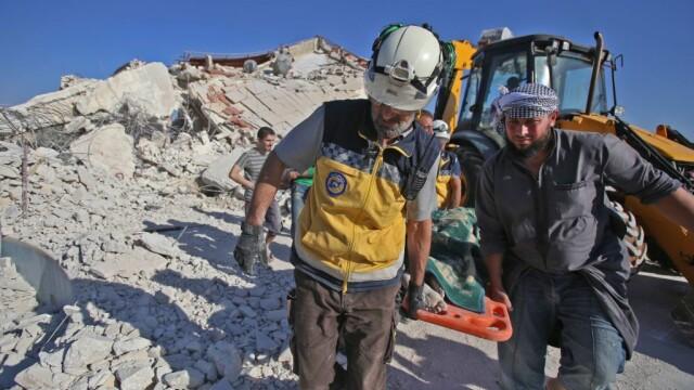 VIDEO dramatic din Siria. Un om este salvat de sub dărâmături, după un bombardament - Imaginea 5