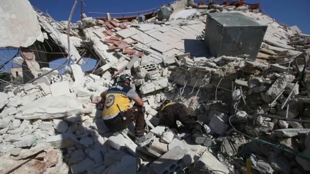 VIDEO dramatic din Siria. Un om este salvat de sub dărâmături, după un bombardament - Imaginea 6