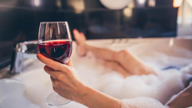 O femeie a murit după ce s-a despărţit de iubit şi a sărbătorit bând vin în cadă