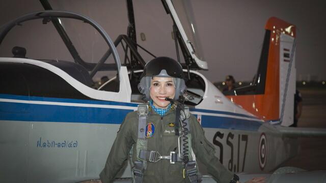 Concubina regelui Thailandei, surprinsă pilotând un avion și trăgând cu arma. Imagini rare - Imaginea 10