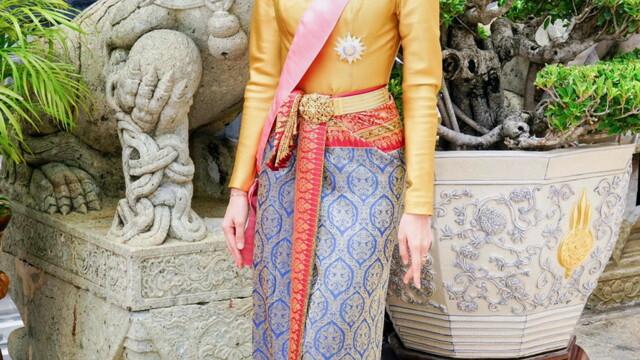 Concubina regelui Thailandei, surprinsă pilotând un avion și trăgând cu arma. Imagini rare - Imaginea 9