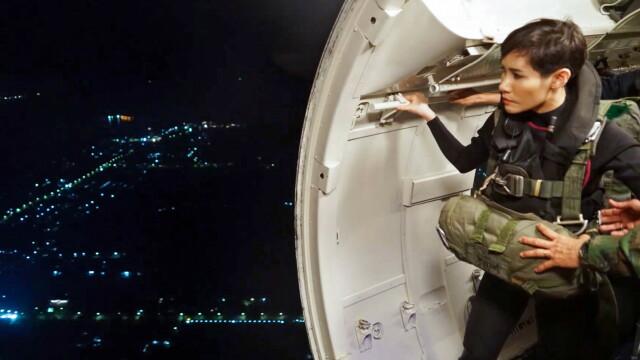 Concubina regelui Thailandei, surprinsă pilotând un avion și trăgând cu arma. Imagini rare - Imaginea 8