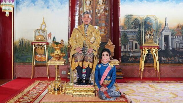 Concubina regelui Thailandei, surprinsă pilotând un avion și trăgând cu arma. Imagini rare - Imaginea 6