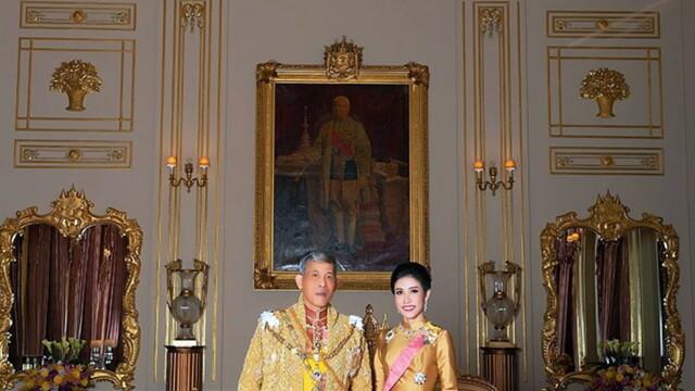 Concubina regelui Thailandei, surprinsă pilotând un avion și trăgând cu arma. Imagini rare - Imaginea 3