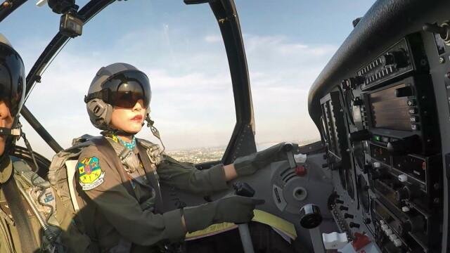 Concubina regelui Thailandei, surprinsă pilotând un avion și trăgând cu arma. Imagini rare - Imaginea 1