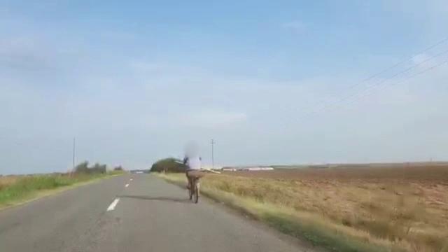 Om filmat cărând pe bicicletă o bombă de 50 kg. Ce a făcut după ce s-a speriat de poliție