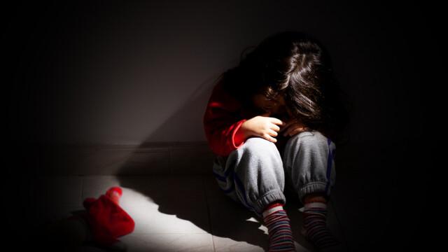 Fetiță răpită dintr-o toaletă și abuzată de 6 bărbați