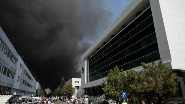 Incendiu puternic în nordul Capitalei. Autoritățile anunță că de abia sâmbătă va putea fi stins