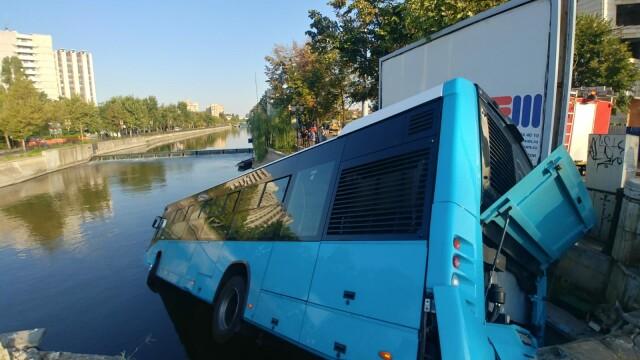 Un autobuz STB a căzut în râul Dâmbovița în urma unui accident rutier. Cine era în autovehicul - Imaginea 1