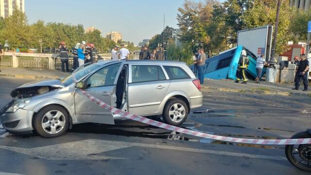 Un autobuz STB a căzut în râul Dâmbovița în urma unui accident rutier. Cine era în autovehicul - Imaginea 2