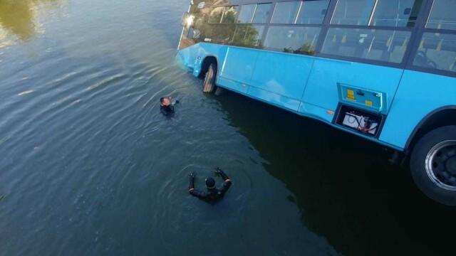 Un autobuz STB a căzut în râul Dâmbovița în urma unui accident rutier. Cine era în autovehicul - Imaginea 6