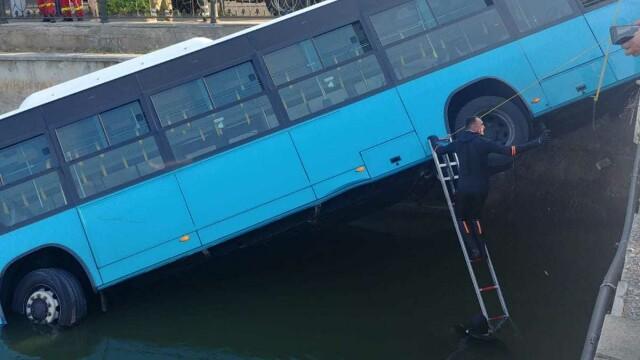 Un autobuz STB a căzut în râul Dâmbovița în urma unui accident rutier. Cine era în autovehicul - Imaginea 5