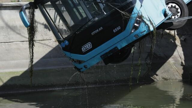 Un autobuz STB a căzut în râul Dâmbovița în urma unui accident rutier. Cine era în autovehicul - Imaginea 10