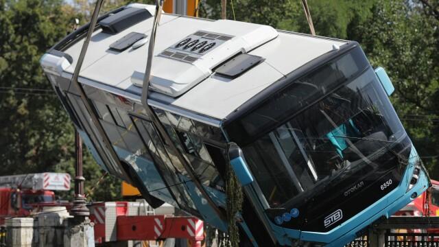 Un autobuz STB a căzut în râul Dâmbovița în urma unui accident rutier. Cine era în autovehicul - Imaginea 11