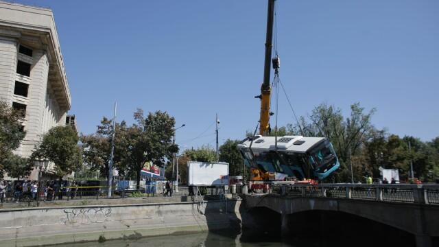 Un autobuz STB a căzut în râul Dâmbovița în urma unui accident rutier. Cine era în autovehicul - Imaginea 12