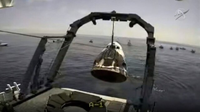 Capsula Crew Dragon a SpaceX a revenit pe Terra, după ce s-a detaşat de Staţia Spaţială Internaţională - Imaginea 1